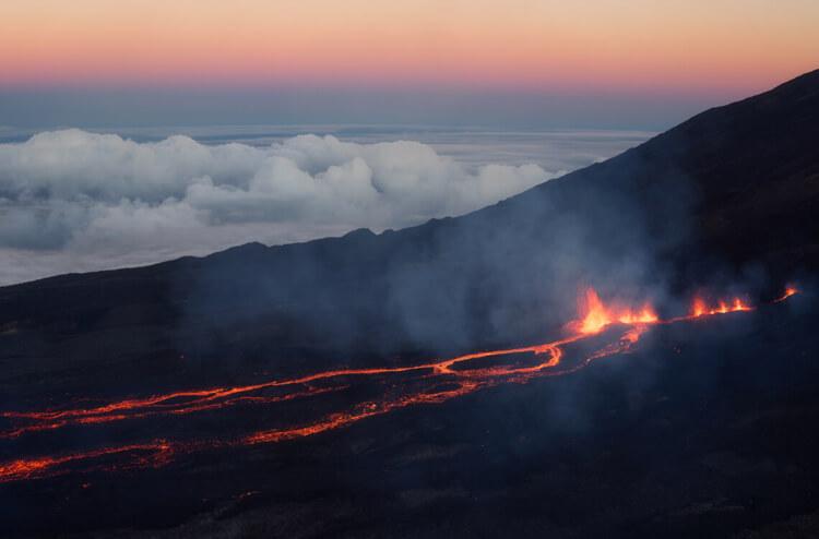 Photo d'une coulée de lave au Piton de la Fournaise à l'île de La Réunion