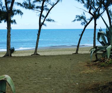 La plage de l'Ermitage à Saint-Gilles Les Bains à Île de La Réunion