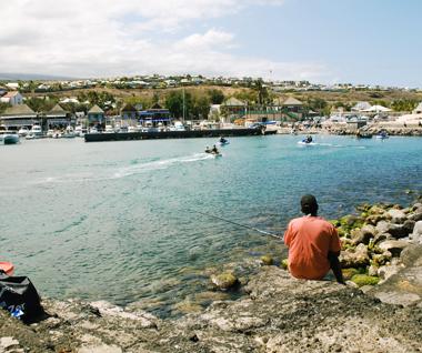 Un pêcheur sur le port de plaisance de Saint-Gilles Les Bains à Île de La Réunion